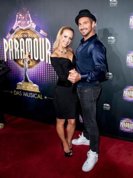 Die Tänzerin Isabell Edvardsson und der Sdhauspieler Benjamin Piwko STAGE ENTERTAINMENT: Cirque du Soleil - PARAMOUR - Europapremiere. Foto: Stage Entertainment